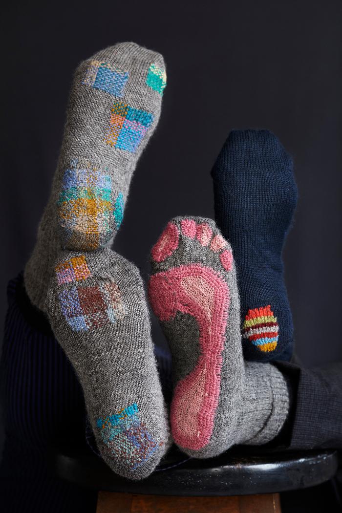 Stoppa dina strumpor så som du vill! Teknikhäftena Lappa och Stoppa bjuder på en mängd inspiration på vägen. (Foto Karin Björkquist)