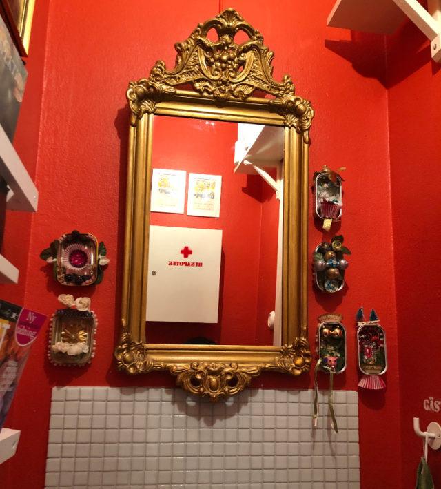 Häpp! Kolla så fint det blev på vår toalett! Och det bästa av allt...det finns ju gott om utrymme för fler pyntaskar! (Foto Kurbits)