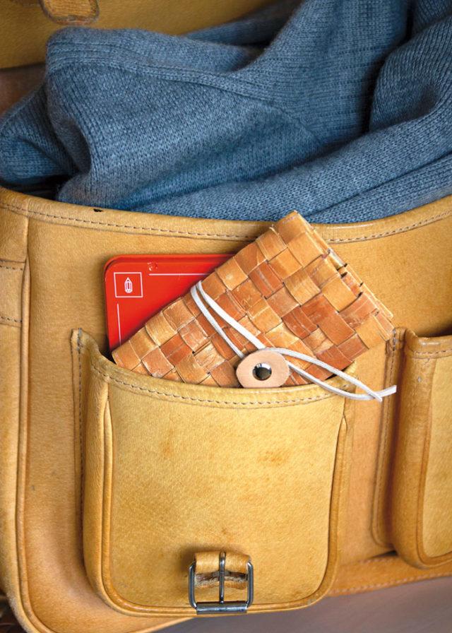 Gör din egen plånbok i näver! Ny bok om detta fantastiska supermaterial visar hur du gör. Boken Näver, av Emma Dahlqvist, utgiven på Natur och Kultur. (Foto Emma Dahlqvist)