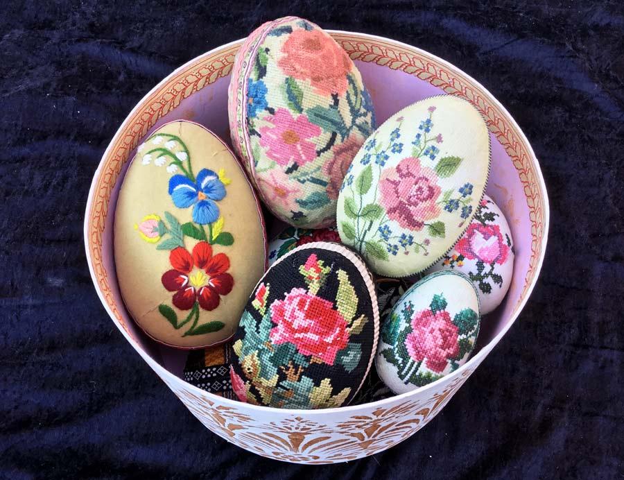 Broderade ägg som håller och håller, här fint komponerade i bild av konstnären, folkkonstuttolkaren och silversmeden Karin Ferner. (Foto Karin Ferner)