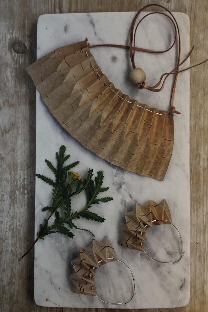 Vikta smycken med influenser från origamin. Ur boken Näver av Emma Dahlqvist. (Foto Emma Dahlqvist)