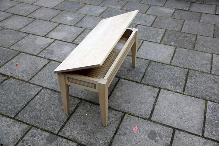 Möbelsnickaren Tobias Franzén återanvänder bland annat delar från skateboards i sina möbler. Han medverkar i Stenhuset i Surahammar just nu. (Foto Stenhuset)