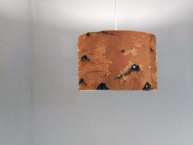 Lampa av näver, gjord av Emma Dahlqvist i utställningen Björk just nu. (Foto Emma Dahlqvist)