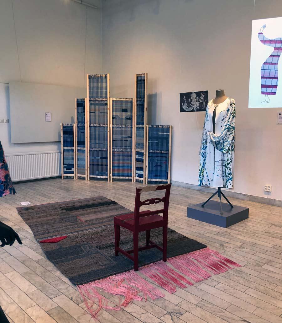 Craftverk, Handarbetets vänners examensstudenters utställning, på HV galleri just nu. Här syns verk av Magnus Norpan Eriksson (väven längst bak), matta av Lina Kac och väv samt tunika av Suha Ayal. (Foto Kurbits)