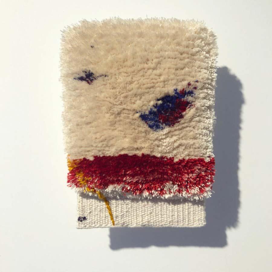 Sofia Starborgs miniatyr är magisk att se på, så välgjort och fantasifullt.. Flossa, slätväv, damast, applikation, fritt broderi och guldbroderi har hon använt sig av i sitt verk som heter Miniatyrer av glädje. (Foto Kurbits)