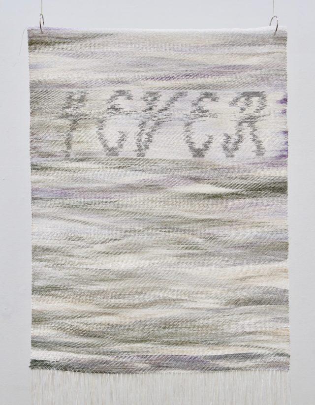 Stina Rolf(Konstfack) med verket Obsolescence of desire. (Foto Almgrens sidenväveri)