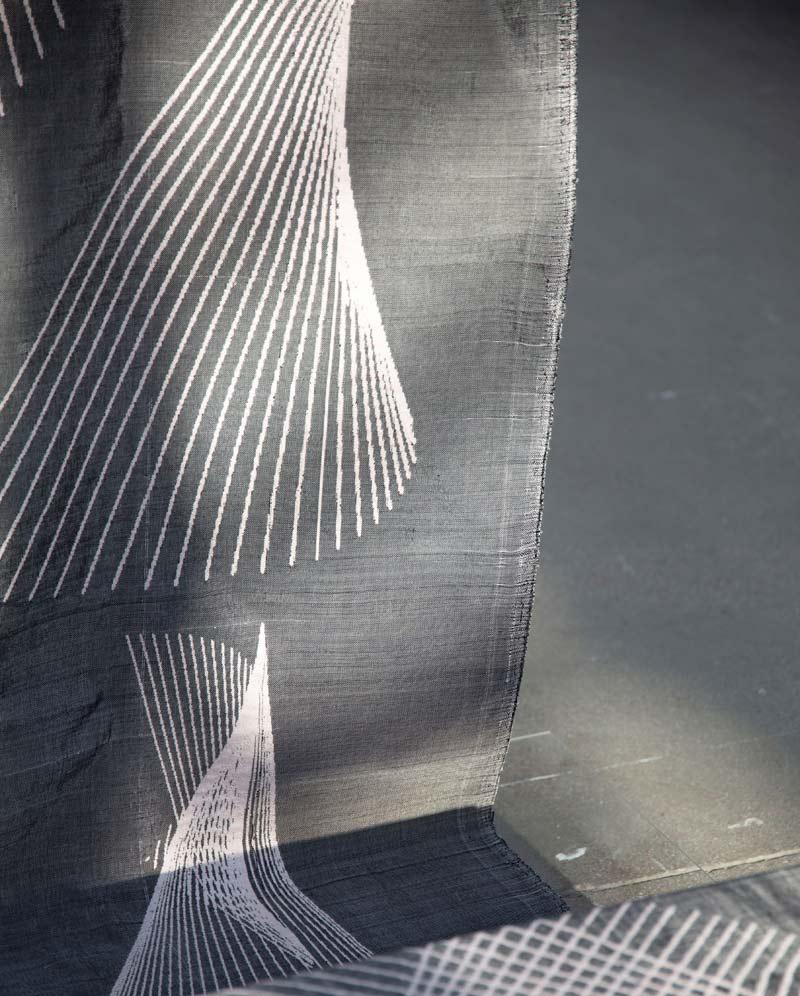 Cecilia Wirell(Konstfack) visar verket Software. (Foto Almgrens sidenväveri)