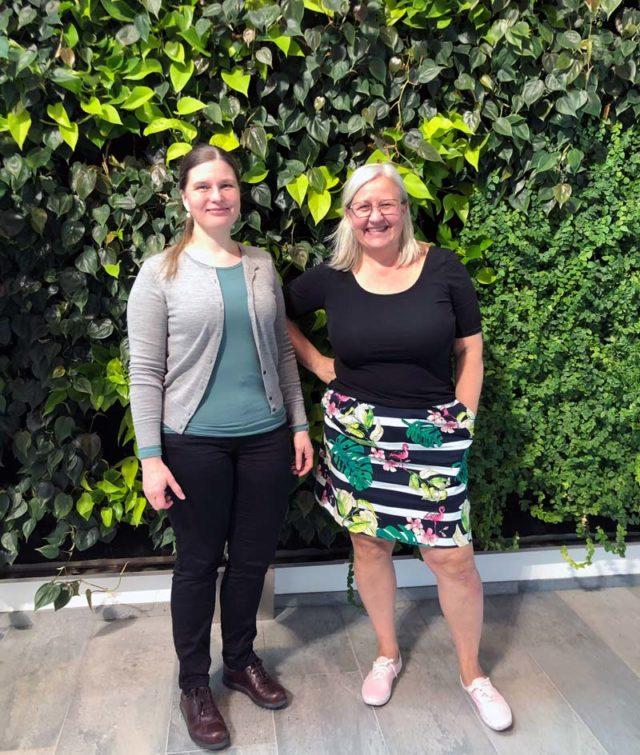 Cecilia Aneer och Ingela Wahlberg, båda knutna till textilvetenskapen i Uppsala, där de forskar på skilda ämnen men har samma passion för ämnet. Tack för en fin dag! (Foto Kurbits)