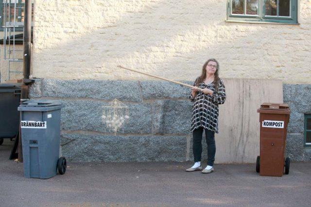 Compost Art? Fotografen Ingela Sannesjö symboliskt fångad mellan två tunnor vid en tidigare fotografering. (Foto Lennart Edvardsson)