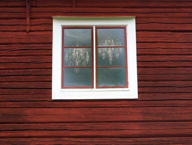 På Matsgården utanför Rättvik finns Per-Åke Backmans halmkronor i sommar. (Foto Ingela Sannesjö)