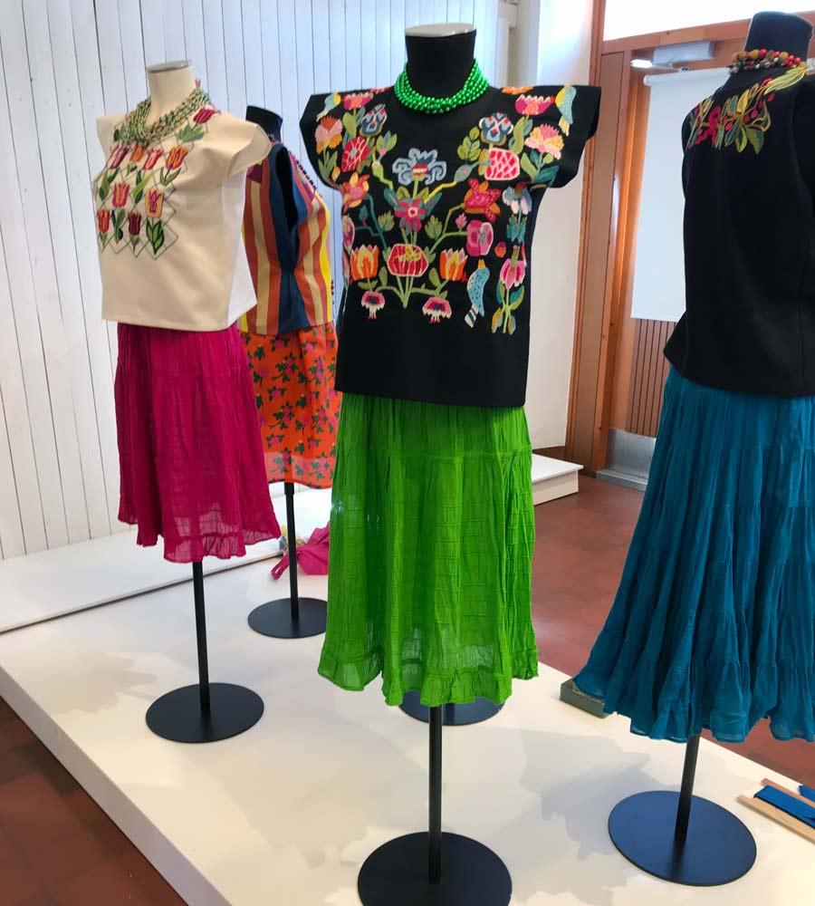 Blusarna är fyrkantiga och bärs av ursprungsbefolkningarna i Oaxaca, här broderade av Eva Davidsson. (Foto Hemslöjden i Skåne)