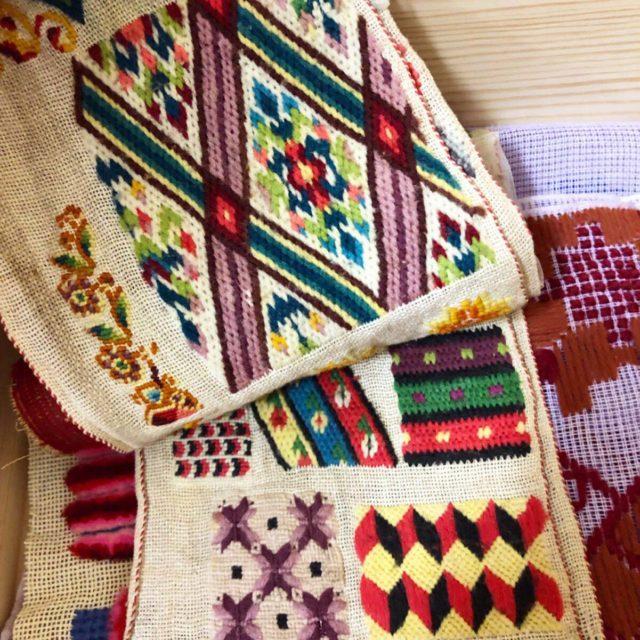 Provlappar ur textilvetenskapens arkiv. (Foto Kurbits)