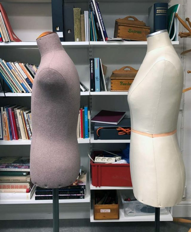 Provdockor - hållning förr och nu: dockan till höger är från 1960-tal, till vänster docka från 1980. (Foto Kurbits)