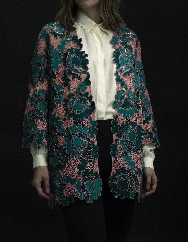 Jennie Jakobssons vansinnigt vackra jacka i spetssöm och ull, gjord med sån elegans och sådan finess. Skalan och strukturen är hennes egen, tekniken är gammal som gatan. Kombinationen är en vinnare. (Foto Joel Nilsson)