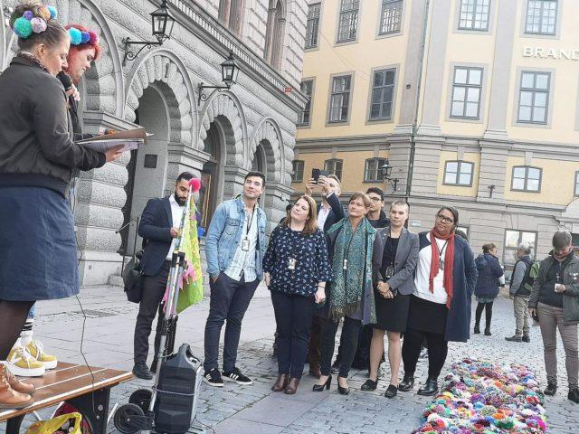 Här var det också dags för tal. Det var viktigt för oss att få lämna över mattan med en förklaring av projektet och en förhoppning om fortsatt synliggörande av mattan. Här är de samlade polikterna på plats. Foto Anneli Levin/Gerillaslöjdsfestivalen.