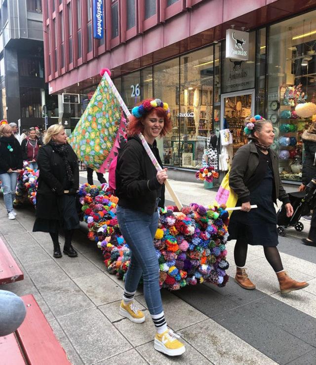 Sällan trodde vi väl, jag och Maria, att vi i september i år skulle vandra med en 11 meter lång matta gjord av garnbollar längs Drottninggatan tillsammans med detta fina gäng volontärer. #fantasintillmakten har verkligen engagerat många därute! Foto Anneli Levin/Gerillaslöjdsfestivalen)