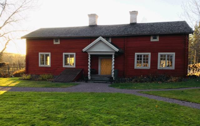 Linnés Bröllopsstuga, strax utanför Falun. Ett underbart barockhus där Linné gifte sig med Sara Morea 1739. Huset ägs av Falu kommun och hör till Världsarvet Falun. Huset ramar in utställningen på perfekt vis! (FotoKarinFerner)