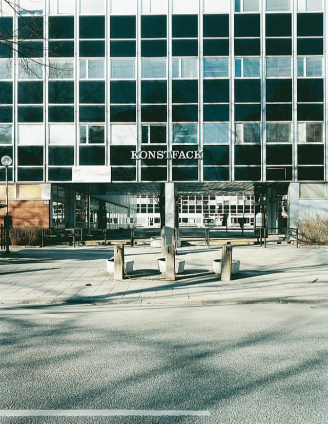 1959 invigdes Konstfacks nya skolbyggnad på Vallhalla- vägen 191 på Östermalm, precis vid Gärdet. Arkitekten som vunnit den av Kungl. Byggnadsstyrelsen utlysta tävlingen var Gösta Åbergh och skolan fick ett så kallat New Modern-utseende, en populär stilepok vid tiden. Idag är fasaden K-märkt