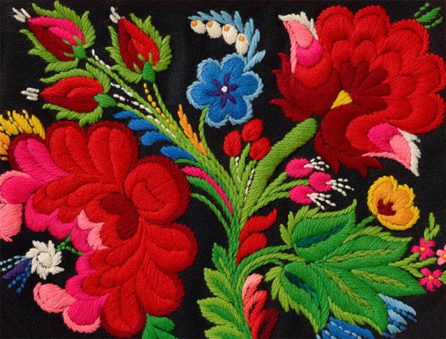 Påsömmen med sin enorma blomsterprakt består gärna av klara färger och mycket olika blomster. Utvecklat i Floda i Dalarna är det nu spritt över hela landet. Lär dig brodera sömmen du med! (Foto Thomas Harrysson)