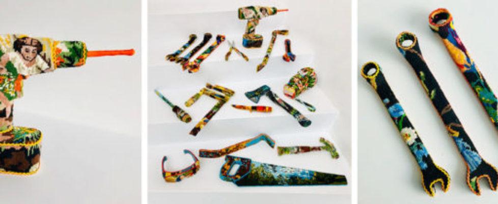 Kärleksfull blinkning i petit point i utställningen Special tools