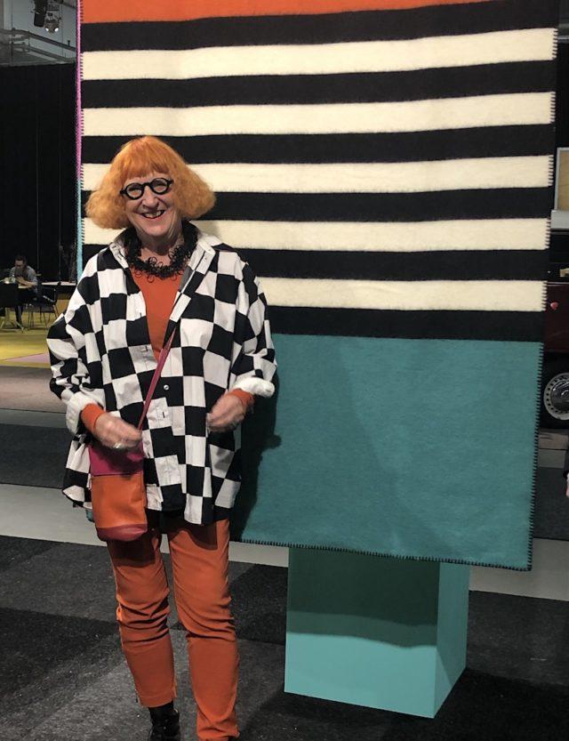 Färgstarka Wanja Djanaieff framför sin nylanserade filt för Klippan. (Foto Kurbits)
