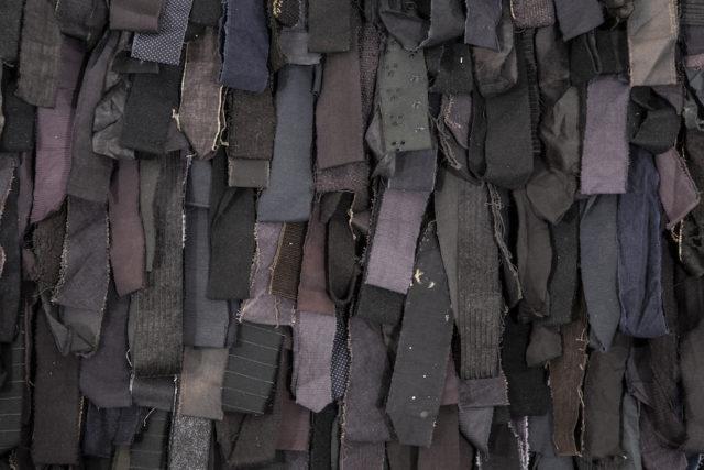 Detalj av Pasi Välimaas Svart Rya, som består av en rad olika textila material, alla infärgade i svarta toner. (Foto Carl Ander/Röhsska museet)