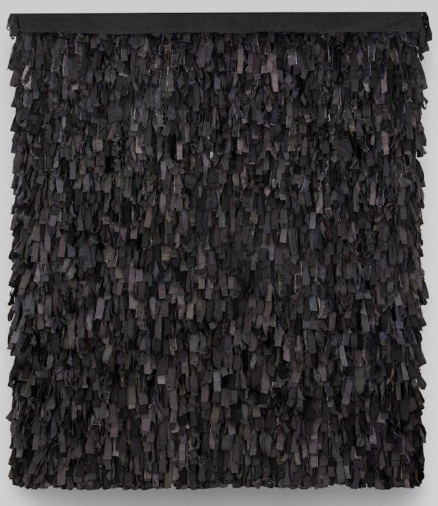 Svart Rya, av den hyllade textilkonstnären Pasi Välimaa. Verket ingår numera i Röhsska museets samlingar och visas just nu upp i en utställning. (Foto Carl Ander/Röhsska museet)